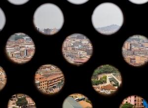 Löchriger Blick auf Kampala